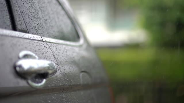 vidéos et rushes de goutte de pluie sur la voiture de suv au stationnement à la maison - a l'abandon