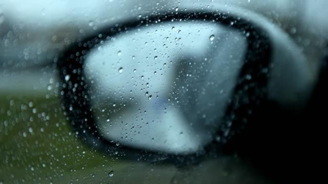 vídeos de stock, filmes e b-roll de pingos de chuva no espelho do carro - cultura do leste europeu