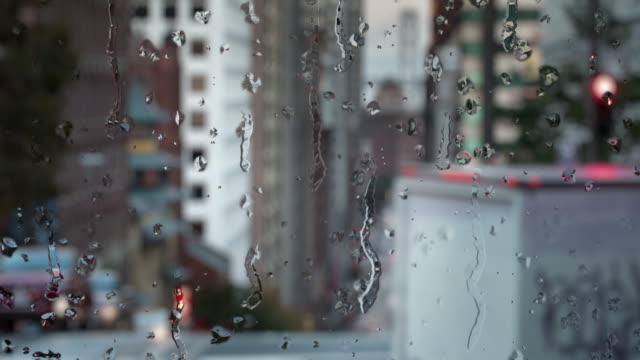 Regendruppels op glas. San Francisco - California Street