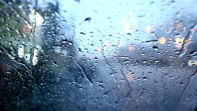 Regentropfen auf Spiegel Auto