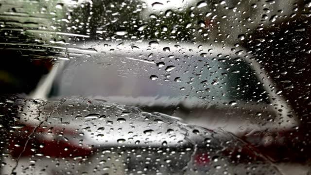 vídeos de stock, filmes e b-roll de raindrops no espelho car - para brisa