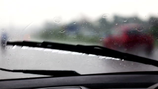 vídeos de stock, filmes e b-roll de raindrops no para-brisa - para brisa