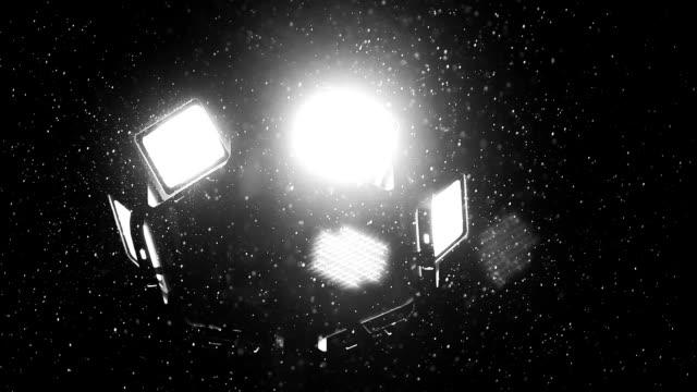 vídeos de stock, filmes e b-roll de chuva e luz de rua - water form