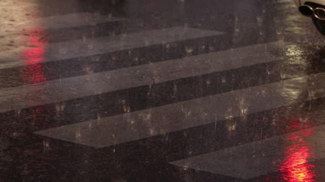 Zebrastreifen in der Nacht zu regnen