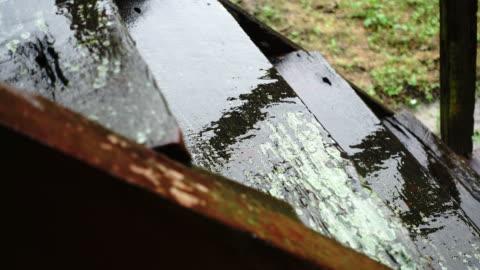 vídeos y material grabado en eventos de stock de 4k llover gotas de cucharón de madera en la temporada de lluvias - cucharón
