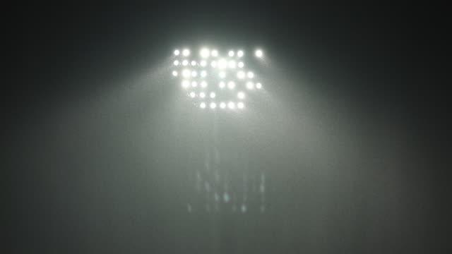 vídeos y material grabado en eventos de stock de lluvias sobre las luces del estadio - reflector luz eléctrica