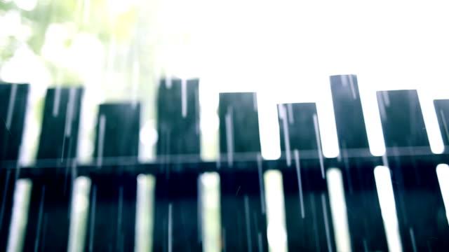 regen regen, woodden sie zaun - zaun stock-videos und b-roll-filmmaterial