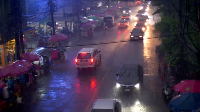 Regnar trafik i centrala Bangkok, Thailand