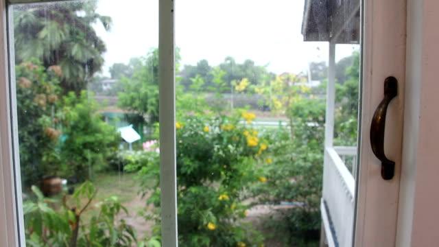 vídeos y material grabado en eventos de stock de lloviendo en casa - madera material de construcción