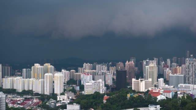 vídeos de stock e filmes b-roll de 4k tl: rainstorm coming in singapore city. - joanesburgo
