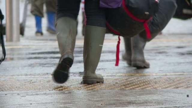 rainy bank holiday ends a wet august; berkshire: reading: various of people heading home after attending the reading festival vox pops sot - reading and leeds festivals stock videos & royalty-free footage