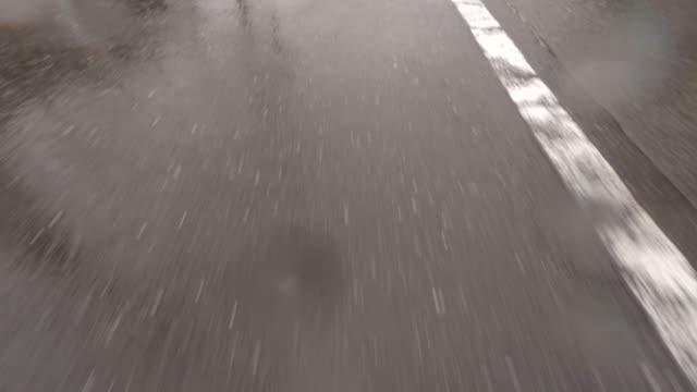 regentag driving - 4 k - asphalt stock-videos und b-roll-filmmaterial