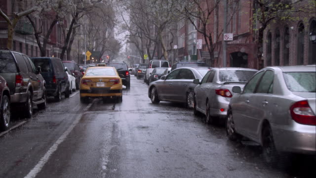 vidéos et rushes de rainy day in manhattan - étroit