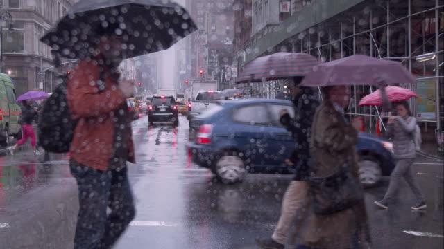 rainy day in manhattan - regenschirm stock-videos und b-roll-filmmaterial