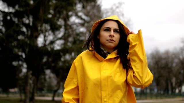 vidéos et rushes de jour pluvieux dans le parc de ville - glacé