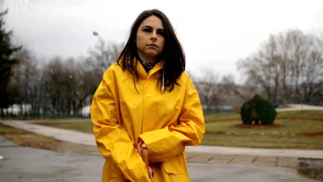 vidéos et rushes de jour pluvieux dans le parc de ville - negative emotion