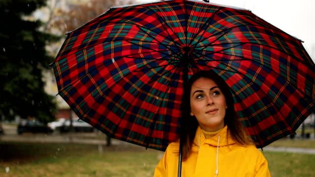 regentag im stadtpark - regenschirm stock-videos und b-roll-filmmaterial