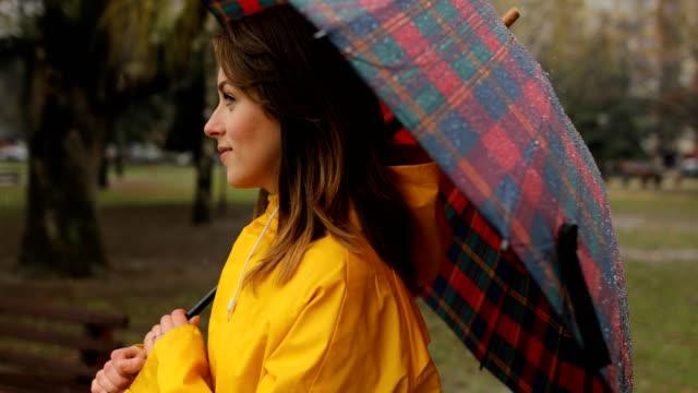 vídeos de stock, filmes e b-roll de dia chuvoso no parque da cidade - trabalhadora de colarinho branco