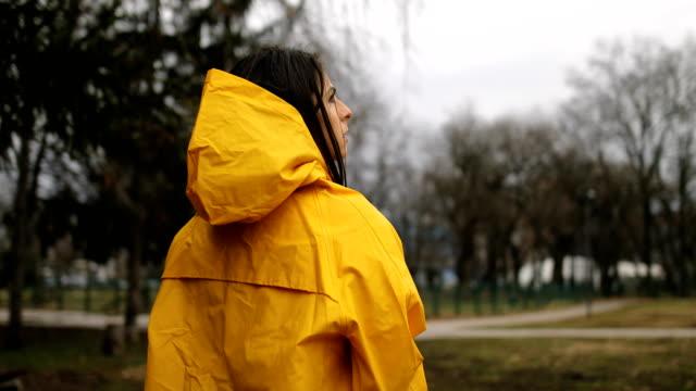 vidéos et rushes de jour pluvieux dans le parc de la ville. parapluie d'ouverture - negative emotion