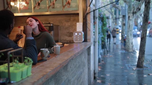 vidéos et rushes de parfait pour le thé de jour de pluie - bar