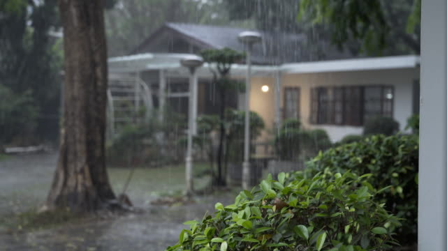 vídeos de stock e filmes b-roll de 4k rainy day with blurred house in the background, chiang mai, thailand - chuva
