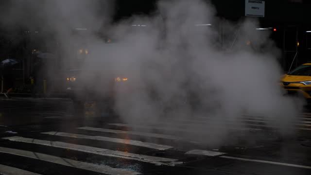 regnerischen new york zur tageszeit - dampf stock-videos und b-roll-filmmaterial