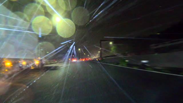 雨の夜の運転 - 落ち着かない点の映像素材/bロール