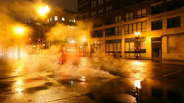 vídeos y material grabado en eventos de stock de rainy la noche en la ciudad - tapadera de cloaca