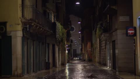 rainy night on a road of verona, sant'anastasia church on the background - 路地点の映像素材/bロール