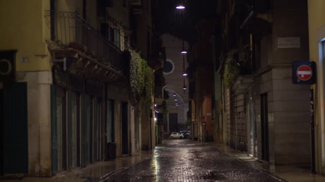 vidéos et rushes de rainy night on a road of verona, sant'anastasia church on the background - ville moyenne