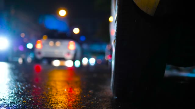 regnerischen abend mit verkehr in urbanen stadtgebiet - pavement stock-videos und b-roll-filmmaterial