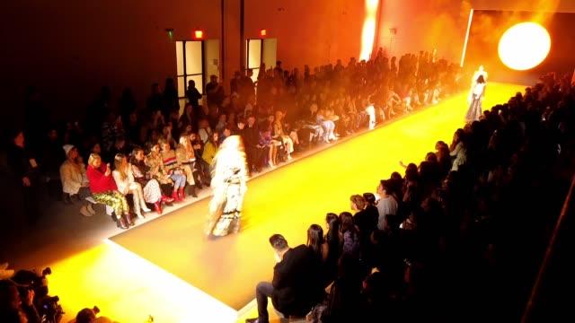 raisavanessa - runway - february 2020 - new york fashion week: timelapse at gallery i at spring studios on february 12, 2020 in new york city. - ニューヨークファッションウィーク点の映像素材/bロール
