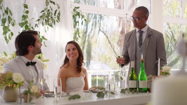 raise a glass for the couple - testimone ruolo dell'uomo video stock e b–roll