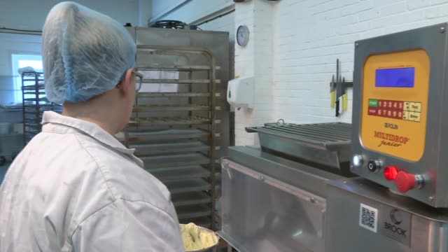 raise bakery general views; england: west sussex: worthing: int gvs raise bakery / general views people working in bakery / making cakes / putting... - worthing点の映像素材/bロール