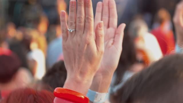 vídeos y material grabado en eventos de stock de tu raised hands of people partying at a concert - alzar la mano