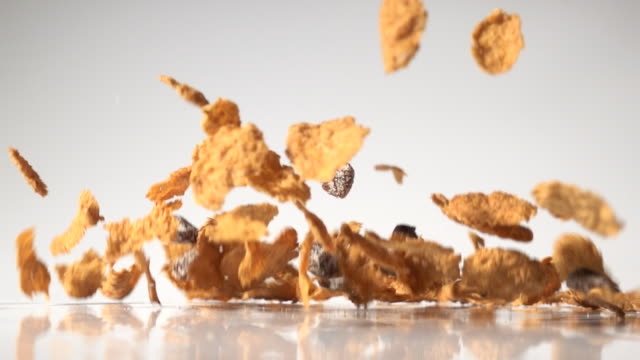 stockvideo's en b-roll-footage met raisin wheat bran cereal taken in high speed - rozijn