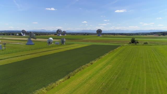 vídeos de stock, filmes e b-roll de raisting satélite terra estação em bávaro foreland alpine - ponto de vista de câmera