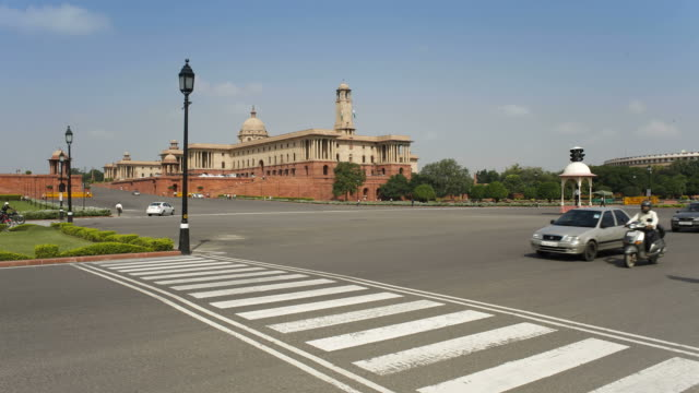vídeos de stock, filmes e b-roll de raj path leads to the parliament building in new delhi. - parliament building
