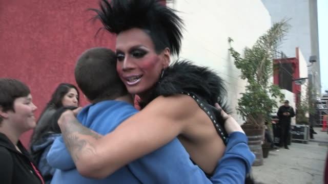 vidéos et rushes de raja greets fans at the henry fonda theatre in hollywood, 04/13/13 - henry fonda theatre
