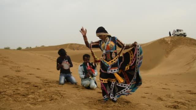 rajasthani dancers perform cultural dance at thar desert - gesangskunst stock-videos und b-roll-filmmaterial