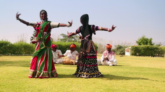 vídeos de stock e filmes b-roll de rajasthani folk dancers performing on traditional music, rajasthan, india - dança tradicional