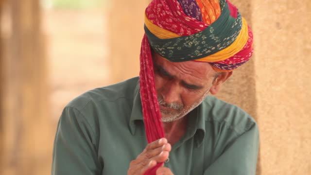 vídeos de stock e filmes b-roll de rajasthani senior man wearing turban, bada bagh, jaisalmer, rajasthan, india - barba por fazer
