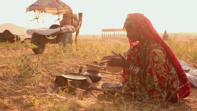 vídeos y material grabado en eventos de stock de rajasthani woman cooking food, rajasthan, india - india