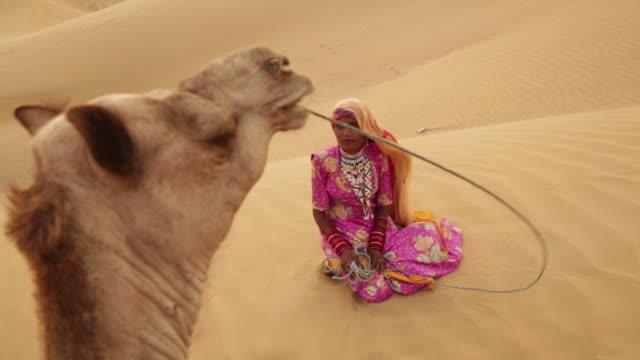 stockvideo's en b-roll-footage met rajasthani woman sitting on desert, sam desert, jaisalmer, rajasthan, india - alleen één mid volwassen vrouw