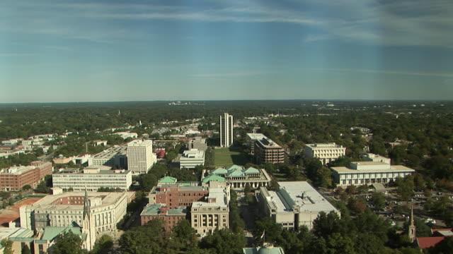 vídeos de stock, filmes e b-roll de ha, ws, td, raleigh cityscape with north carolina state capitol, north carolina, usa - capitólio estatal
