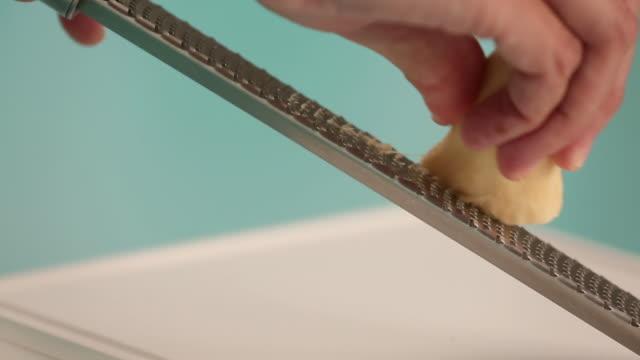 rallando jengibre para limonada - grater utensil stock videos and b-roll footage