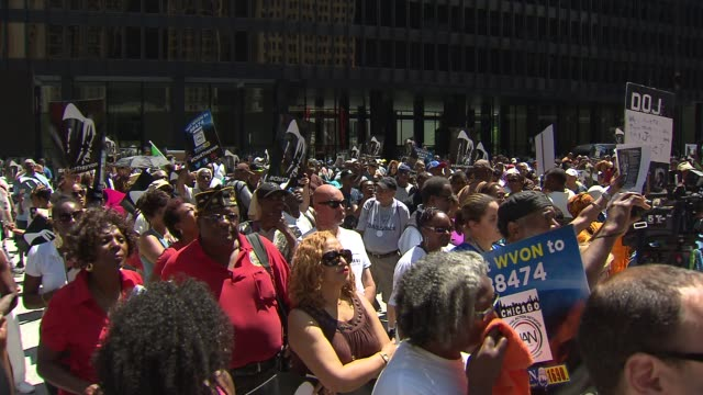 wgn rally against zimmerman verdict at federal plaza at federal plaza on july 20 2013 in chicago illinois - 評決点の映像素材/bロール
