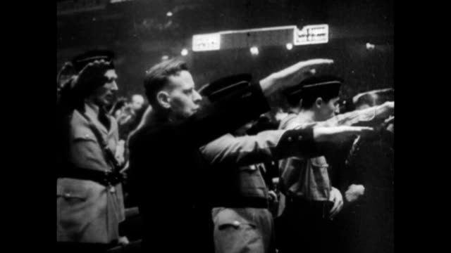 vídeos de stock e filmes b-roll de rally at madison square garden / people making heil hitler salute while the pledge of allegiance is recited / fritz kuhn leader of the germanamerican... - 1939