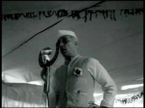 stockvideo's en b-roll-footage met rally audience listening. jawaharlal nehru behind microphone. vs seated congress party members. pandit jeevamla speaking to crowd gesturing w/ hand. - apostel