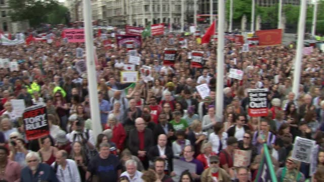 rally for jeremy corbyn protesters chant corbyn in tories out sot general views demonstrators / huge crowd assembled for speech momentum organiser... - sprechgesang stock-videos und b-roll-filmmaterial